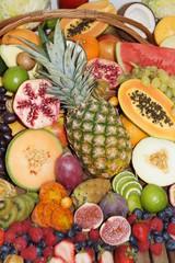 Exotischer Früchtemix in einem Korb