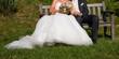 Brautpaar auf Bank