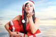 Frau mit Geschenken pustet Schnee zu - Weihnachten
