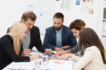 kreatives, junges team arbeitet im büro