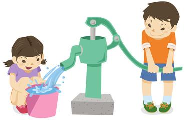 手押しポンプで井戸水を使う男の子と女の子