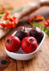 frutti di azzeruolo nella ciotola bianca
