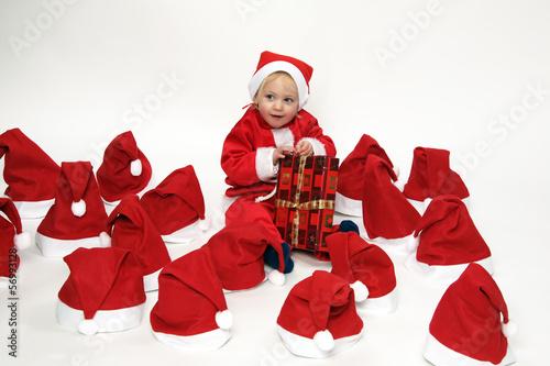 Kind mit Weihnachtshüten