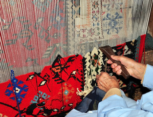 Vertical loom for weaving double-sided carpet