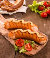 Wurstel grigliato con verdure e senape