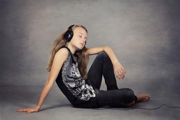 jeune fille écoutant de la musique