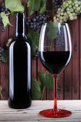 bicchiere e bottiglia di vino rosso