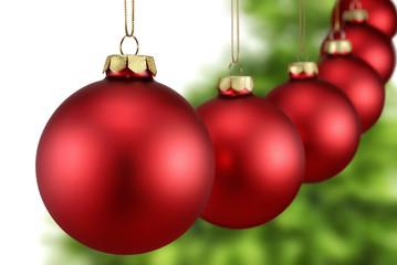 Rote Weihnachtskugeln hängen in einer Reihe