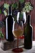 bottiglie e bicchieri di vino rosso e bianco
