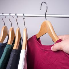 t-shirts an kleiderstange