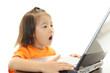 パソコンを楽しむ女の子