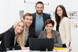 motivierte junge arbeitsgruppe am laptop
