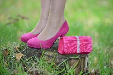 Pinke High Heels mit pinker Handtasche