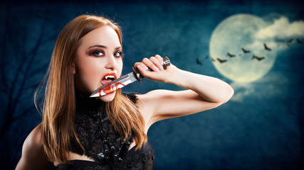 Vampirin mit blutigem Messer