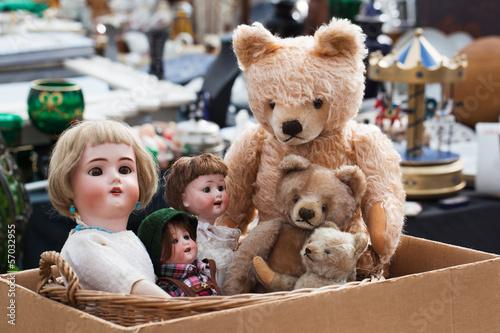 Leinwanddruck Bild Teddybären und Puppen auf Flohmarkt