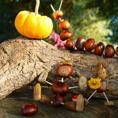 Herbstliche Dekoration mit Figuren aus der Natur