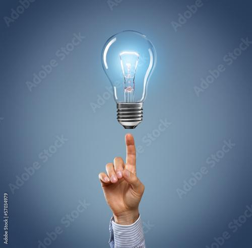 Hand mit Glühbirne
