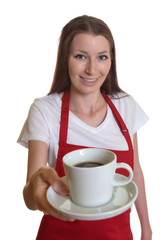 Junge Kellnerin reicht frischen Kaffee