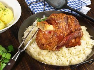 Schweinehaxe auf Sauerkraut
