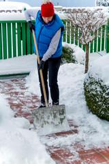 Schneeschaufeln im Winter