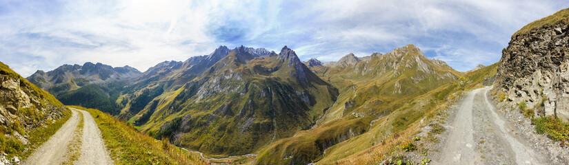 Panoramica su sentiero in montagna