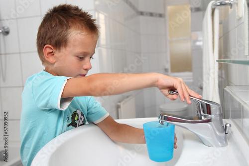 Junge mit Zahnputzbecher