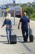 Paar mit Koffer auf dem Bahnsteig