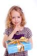 kleines mädchen mit geschenk