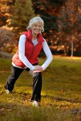 Aktive Seniorin macht Übungen im Wald