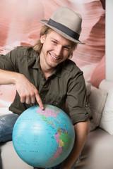 junger Mann mit Globus