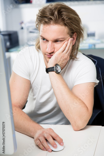 attraktiver Mann im Büro
