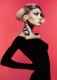 Kobieta w stylizowanej fryzurze - 57074939