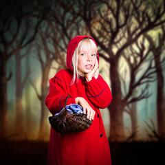 junges Mädchen mit rotem Mantel und Körbchen