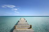 Drewniana kładka na morzu