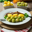 Rosenkohl mit Kartoffeln und vegetarischen Steaks
