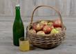 panier de pomme et bouteille de cidre