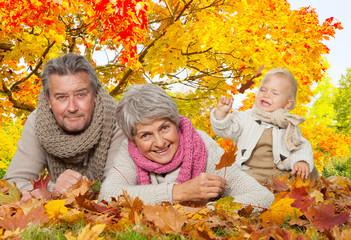 aktive senioren mit enkel