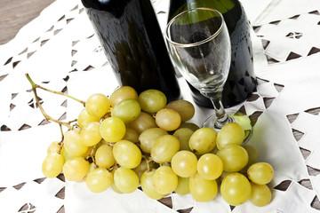 grappolo d'uva su tavola con vino