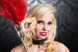 attraktive junge blonde Frau mit Stabmaske