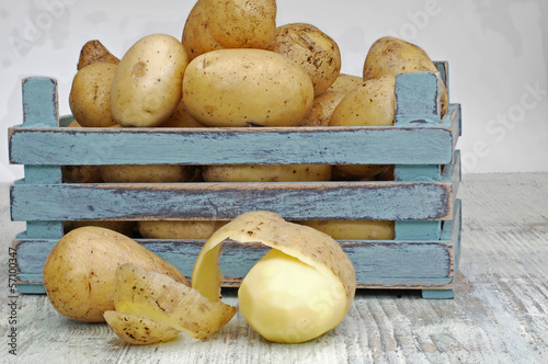 neue Kartoffeln in einer Holzkiste