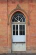 Ziegelmauer mit Rundbogentüre