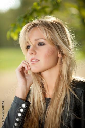 Blonde Frau in Tarnhose