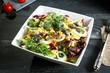 insalata acciughe uovo e cipolla sfondo grigio
