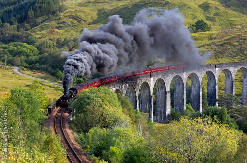 Der Jakobiterzug Glenfinnan-Viadukt Hochland Schottland
