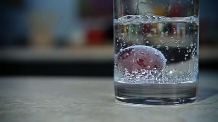 Виноград в воде. Grapes in water.