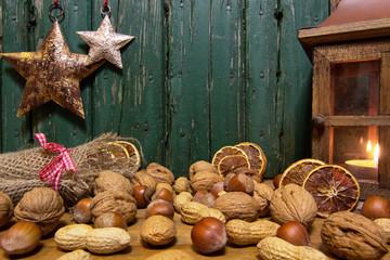 Weihnachtsnüsse vor Holzhintergrund