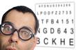 Mann mit Brille und Sehtesttafel