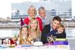 Familie lacht bei Kindergeburtstag