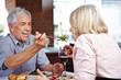 Mann im Restaurant lässt Frau kosten