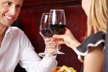 Paar stößt mit einem Glas Wein an